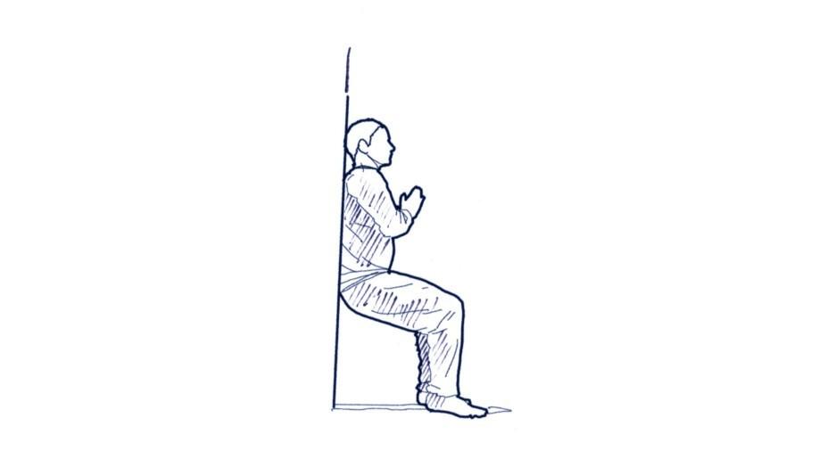 Den Rücken fest an die Wand drücken und dabei die Beine in einem Winkel von 90 Grad beugen. Mehrmals einige Sekunden halten.