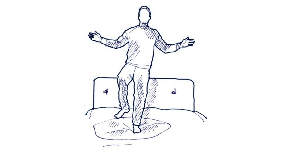Im Hotelzimmer auf das Bett stellen, ein Bein anheben und das Gleichgewicht möglichst lange auf der federnden Unterlage halten. Trainiert die Tiefenmuskulatur. Funktioniert auch auf dem Fußboden.