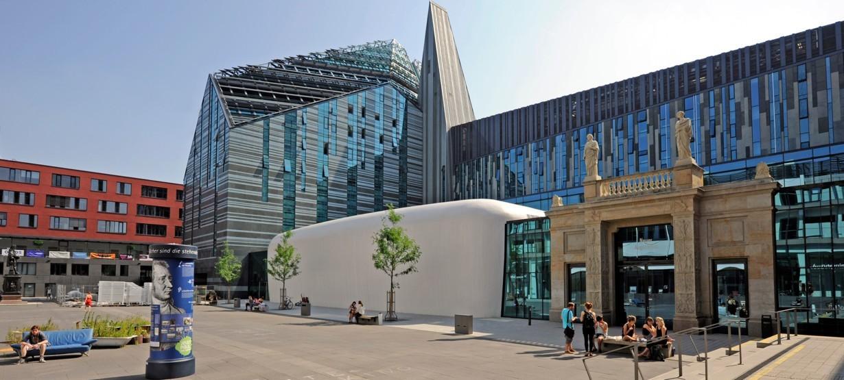 Neues Augusteum Leipzig mit historischem Schinkel-Portal