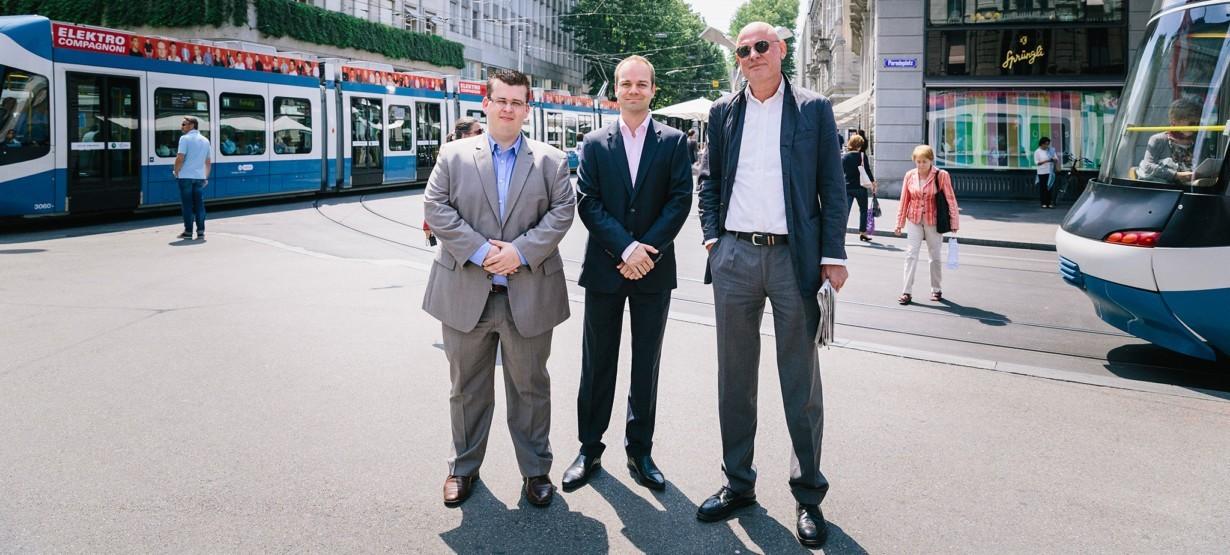 Drei Geschäftsreisende, ein Ziel, drei Verkehrsmittel