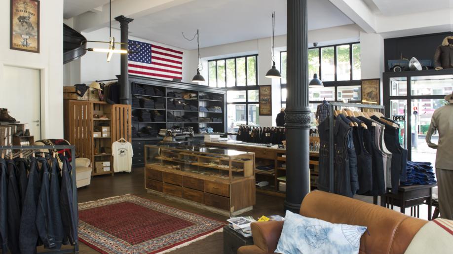 """Hanseatisches Understatement: Der Laden """"Vater & Sohn"""" verkauft klassische, hochwertig gearbeitete und langlebige Kleidungsstücke und Accessoires, die Ursprung, Tradition und Geschichte haben – und die """"glücklich"""" machen sollen."""