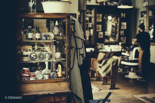 """Im """"Barbershop Cologne"""" sitzen die Kunden auf handgefertigten Stühlen aus Italien, um sich die Haare in Form und den Bart kunstvoll stutzen zu lassen."""