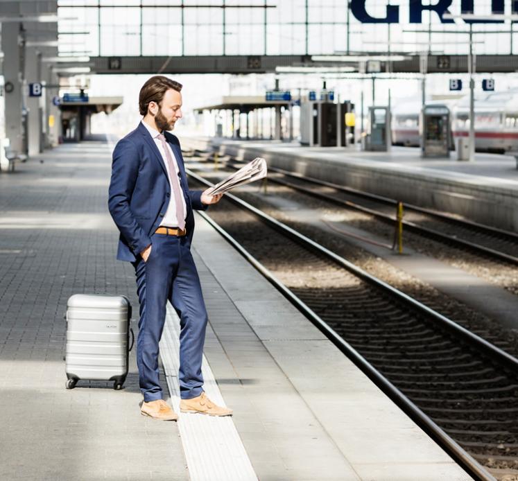 Ein Dienstreisender am Bahnsteig