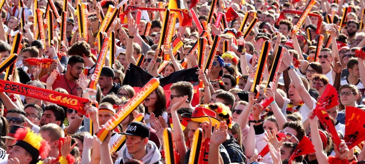 Berlin-Mitte: Fussball UEFA EM 2016 in Frankreich - Fanfest auf der Stra̟e des 17. Juni vor dem Brandenburger Tor - Fans in den Farben Schwarz-Rot-Gold mit zahlreichen Deutschlandfahnen jubeln beim Public Viewing anlaesslich der Fu̟ball Live-Uebertragung des Spiels Deutschland - Nordirland [ Rechtehinweis: picture alliance/Eventpress ]