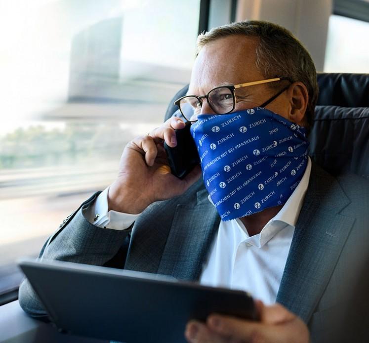 Mann telefoniert im Zug