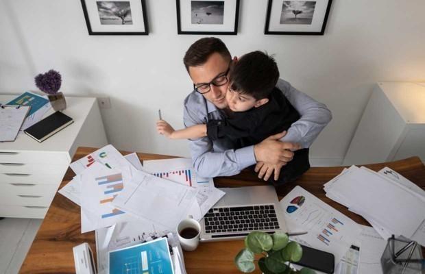 Mann arbeitet von zu Hause aus mit Laptop während der Quarantäne.